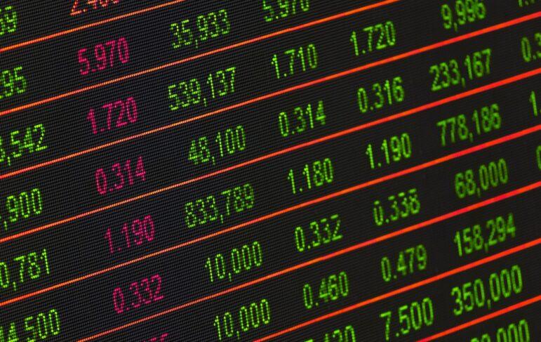 Jaka jest różnica między prawem korporacyjnym a prawem handlowym?